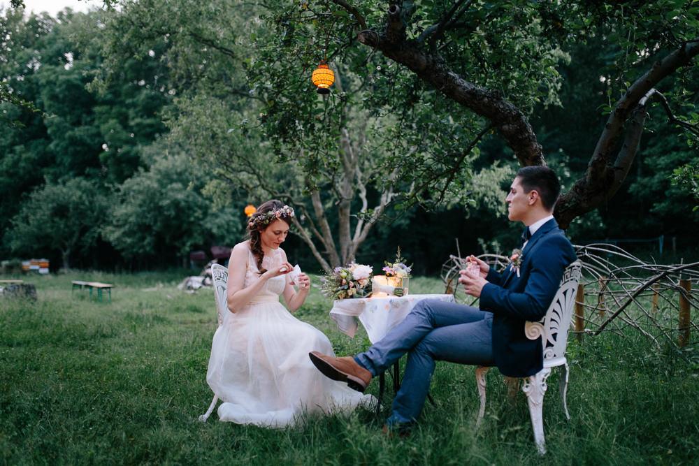 Hochzeit von Debi und Jan in der Villa Hasenholz Leipzig, Sitzen bei Abendstimmung im Garten, Hochzeitsfotograf Thomas Sasse aus Magdeburg