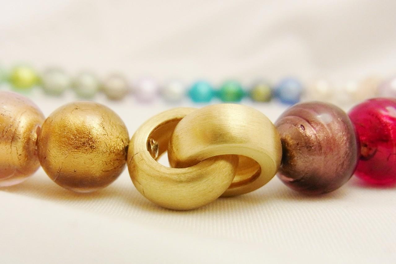 Nahaufnahme der schicken Klappschließe, die aus vergoldetem 925/- Silber besteht. Auf Wunsch reiben wir einen kleinen Brillanten als edles Detail ein. Sehr schön zu erkennen hier die Struktur des Muranoglases.