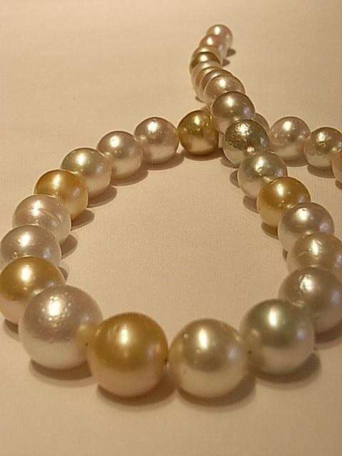 Perlenkette mit großen, schimmernden Perlen und eindrucksvoller Oberflächenstruktur