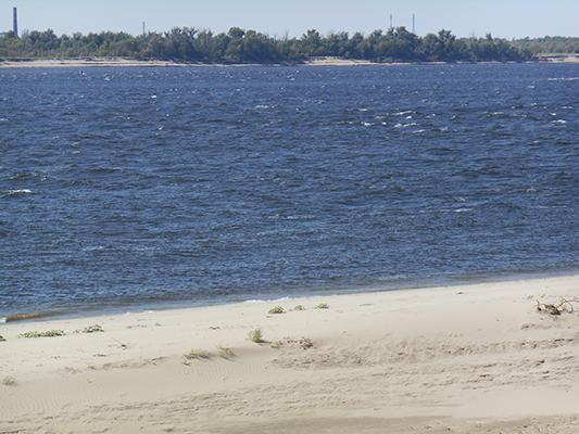 Волга - по волнам видна сила ветра. Хороший пляж :)