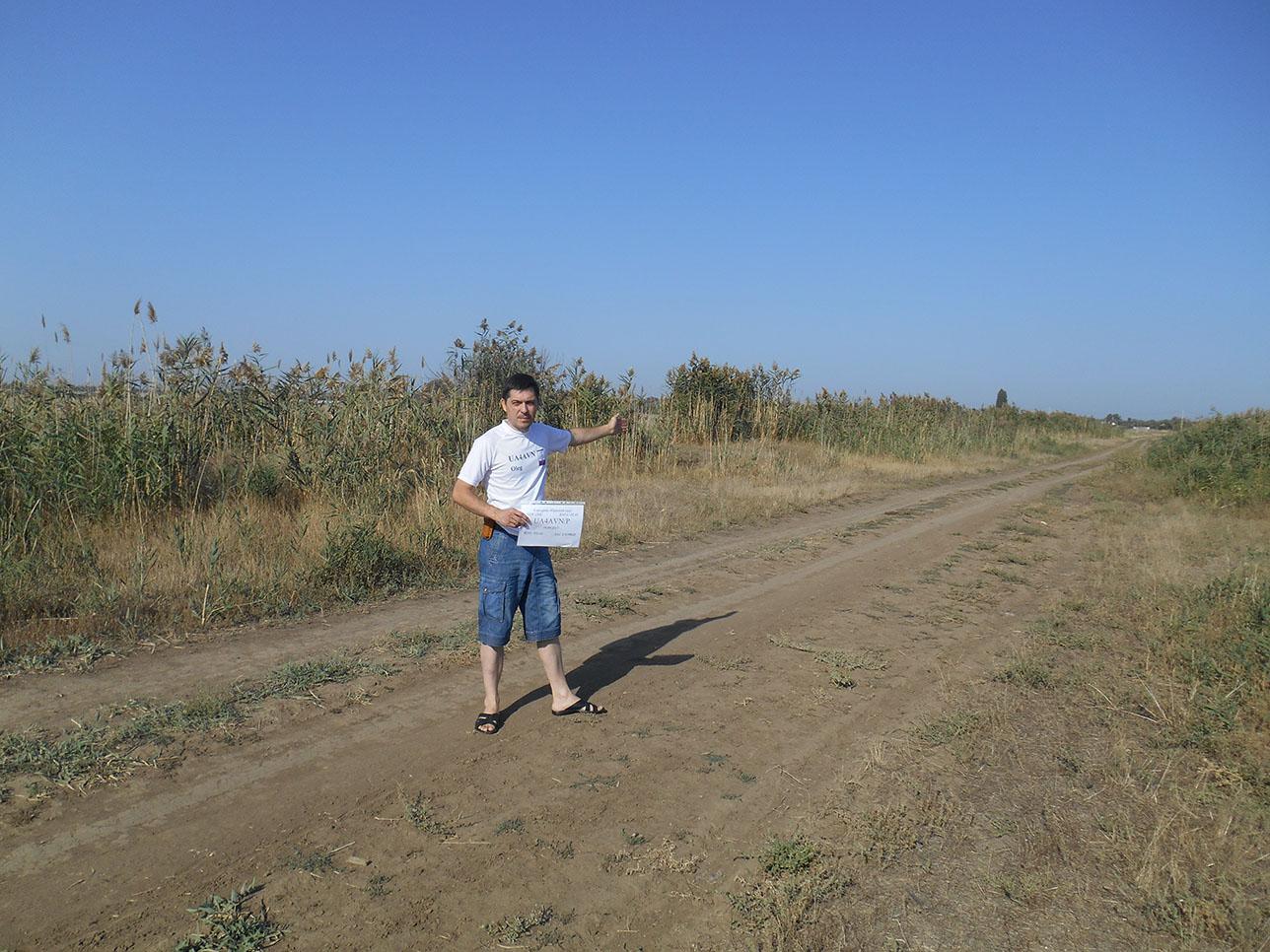 Вот он недействующий аэродром. Теперь эта полоса используется в качестве проселочной дороги.
