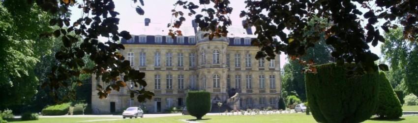 sa façade principale et sa tour remarquable