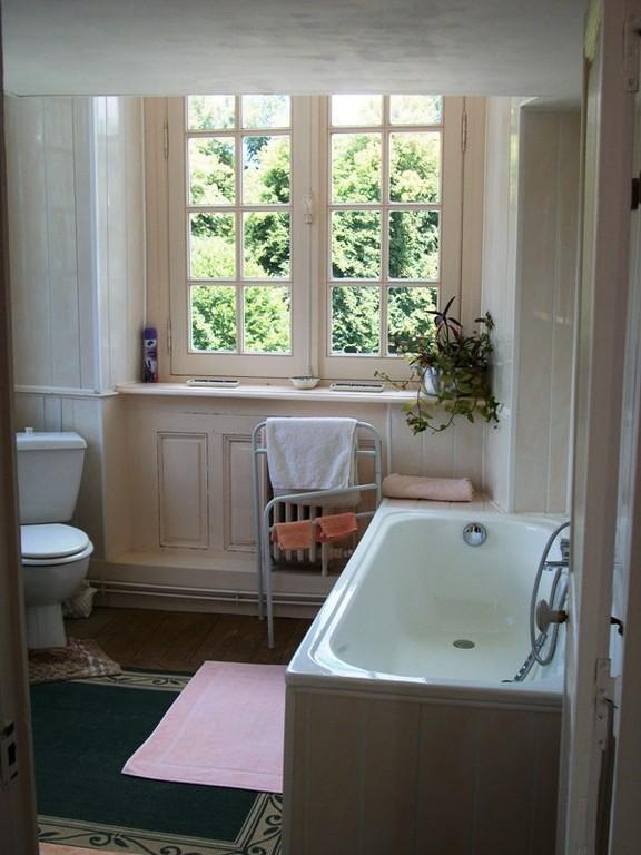 la salle de bains attenante