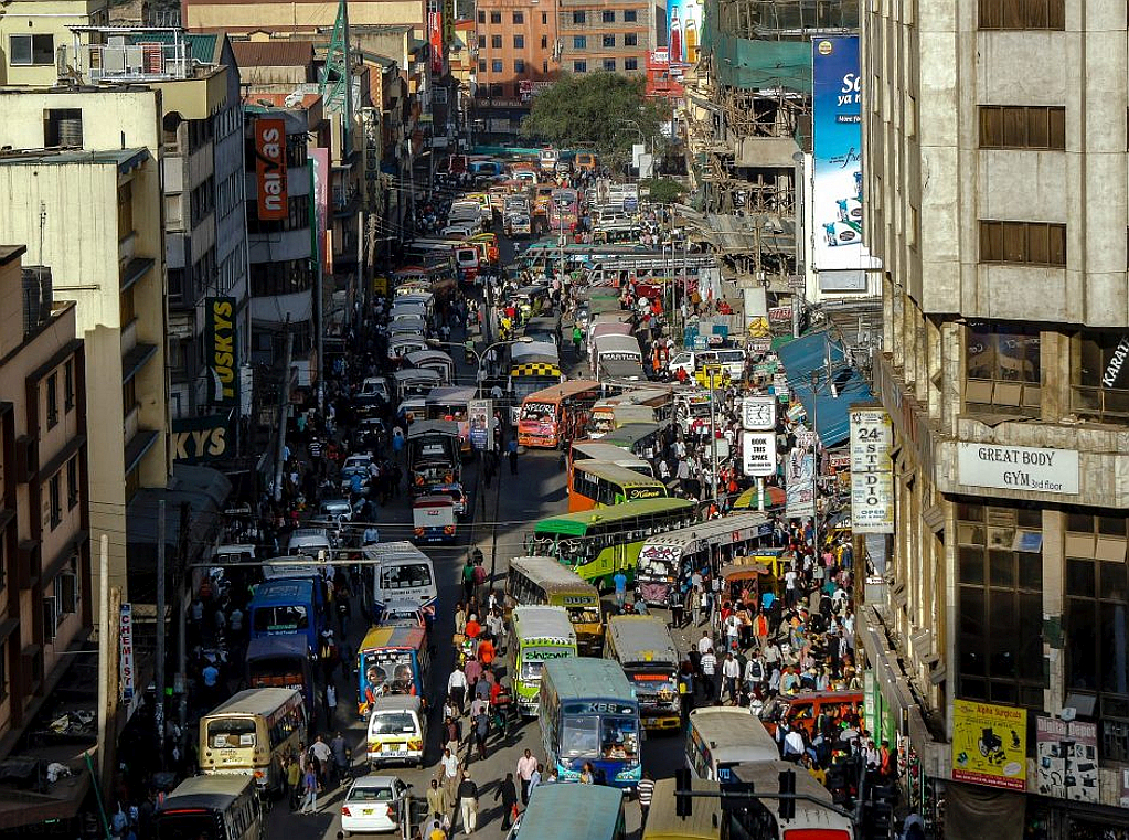 Ronald Ngala Street a Nairobi in Kenya nel primo pomeriggio del 23 dicembre 2015 quando il traffico infernale si attenua un poco