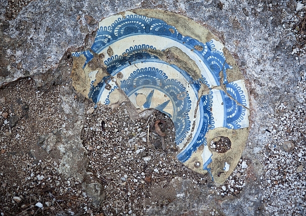 Takwa Ruins. Piatto incorporato nella pietra