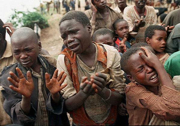 Bambini e adolescenti sud sudanesi implorano i loro aggressori per aver salva la vita