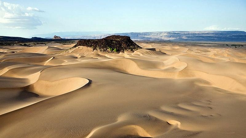 Kenya.  Suguta Valley. Dune con Aruba Rock visibile sullo sfondo. Qui le temperature raggiungono i 71°C