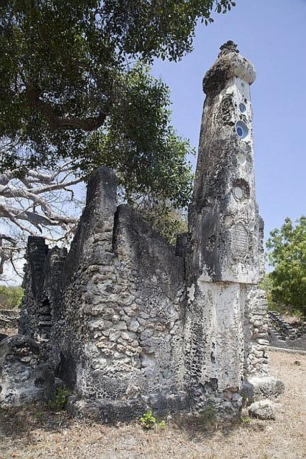 Ciotole di porcellana cinesi incastonate sulla tomba a pilastro swahili in un cimitero islamico. Rovine di Kunduchi, Tanzania