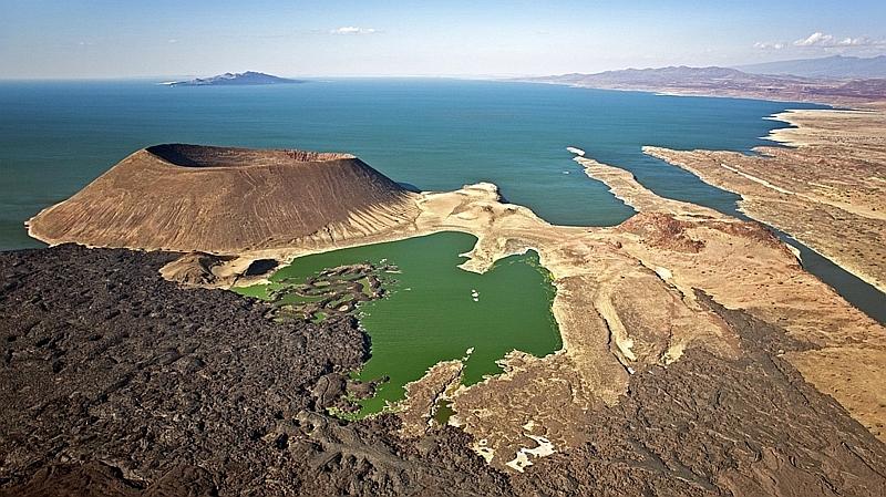 Kenya. Veduta aerea del lago Turkana con l'isola del Sud sullo sfondo e il vulcano Nabuyatom in primo piano