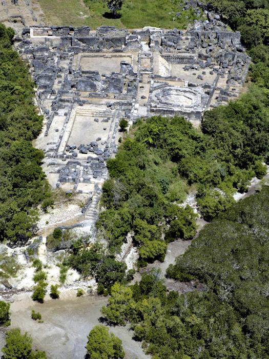 Veduta aerea di Husuni Kubwa che mostra in primo piano la scala minacciata dall'erosione marina