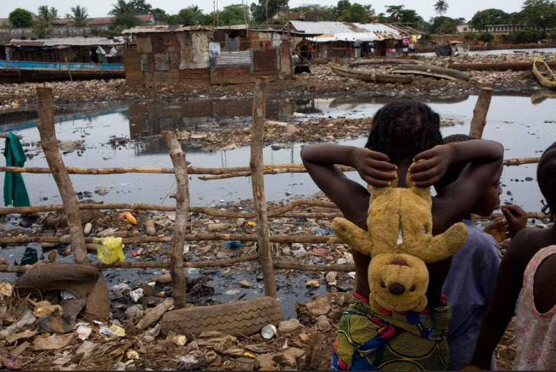 Il pericolo si annida nelle acque di Kroo Bay a Freetown, in Sierra Leone