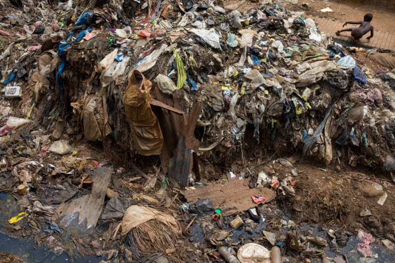 La comunità di Kroo Bay a Freetown, in Sierra Leone, ha a che fare con vermi intestinali, colera, dissenteria, poliomelite e altre condizioni di salute estreme