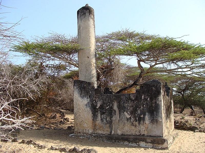 Tomba pilastro a Takwa. Isola di Manda, Kenya