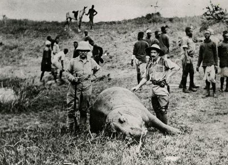Theodore Roosevelt posa con accanto un ippopotamo ucciso