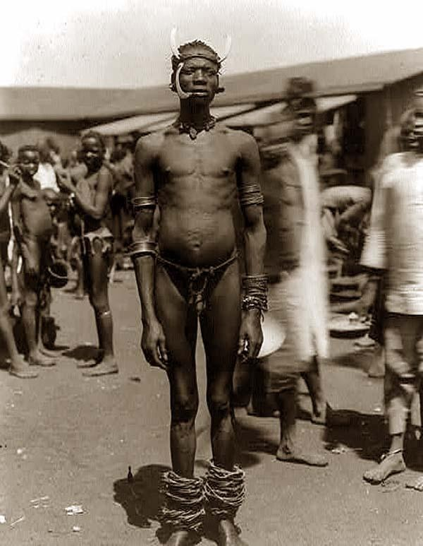 Un membro della tribu Chaga (o Chagga, Jagga, Dschagga, Waschagga, Wachanga) fotografato nel 1890