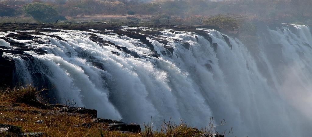 Le cascate viste dall'Isola di Livingstone, in mezzo al fiume Zambesi e proprio sul bordo del salto