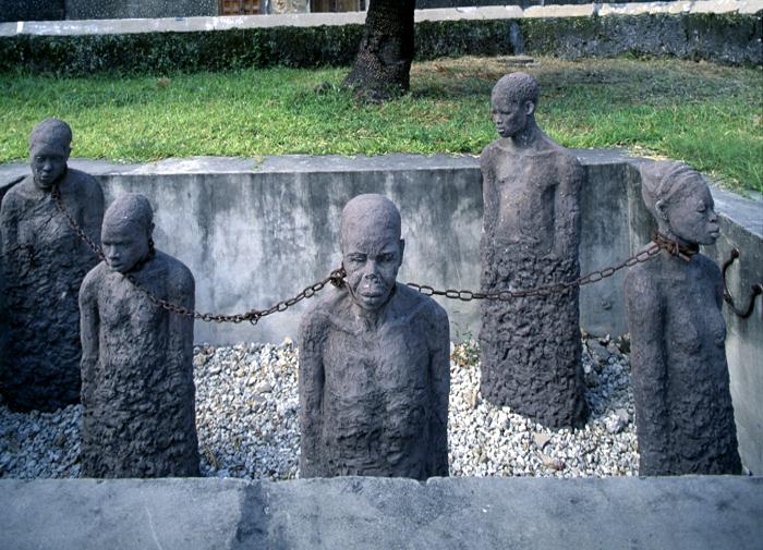 Memoriale del vecchio mercato degli schiavi nel giardino della Cattedrale Anglicana a Stone Town-Zanzibar