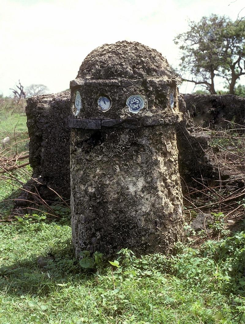 Tomba a colonna con inserti di ciotole cinesi Ming del XVI secolo. Mambrui a nord di Malindi, Kenya