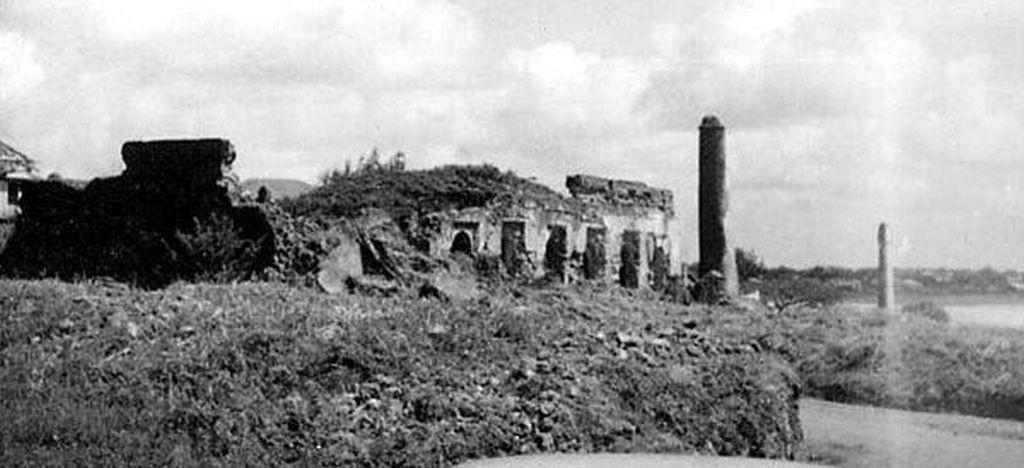 """Le rovine di una vecchia moschea Swahili sulla spiaggia di Malindi, insieme a diverse """"tombe pilastro"""". La maggior parte di questo è scomparso da quando la città ha cominciato a crescere."""