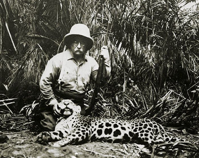 Teddy Roosevelt posa con accanto un leopardo ucciso