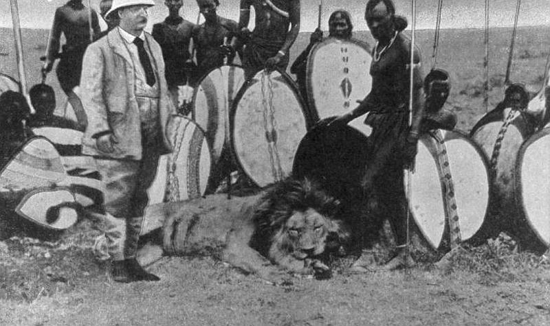 Theodore Roosevelt tra i Masai con ai piedi un leone ucciso