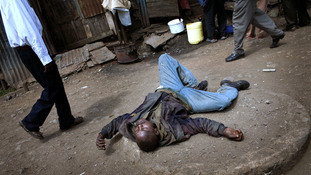 Un uomo ubriaco di chang'aa nelle strade di Mathare