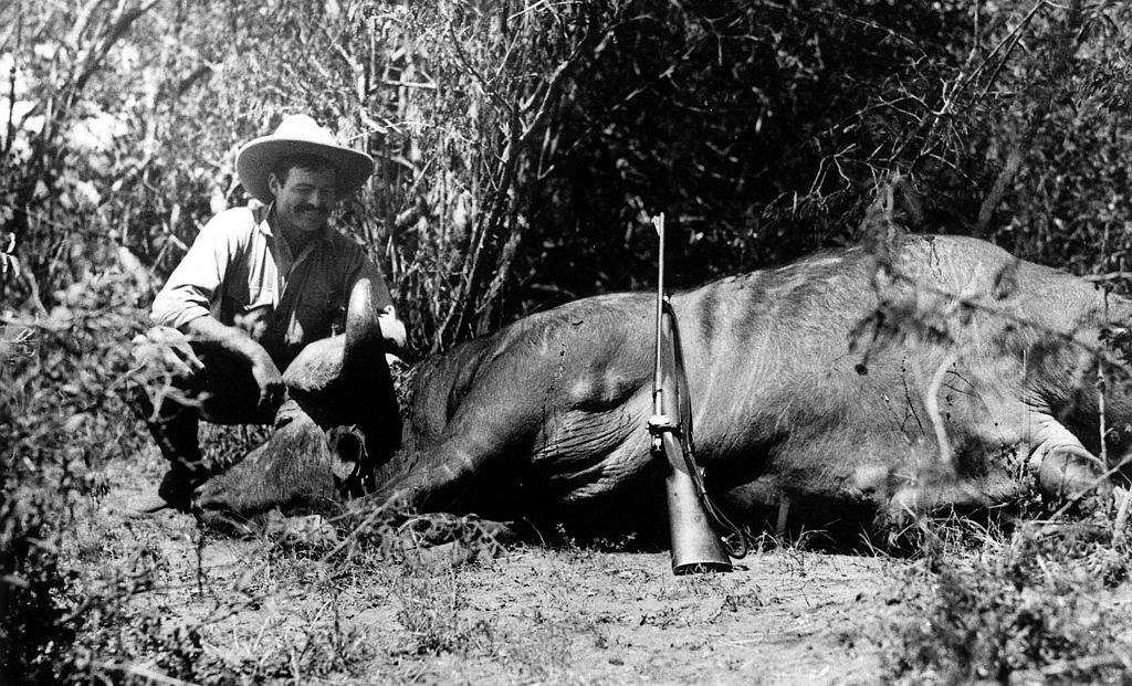 Ernest Hemingway in posa con un bufalo durante un safari in Africa nel 1933