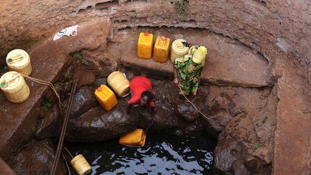 Raccolta dell'acqua in un pozzo freatico