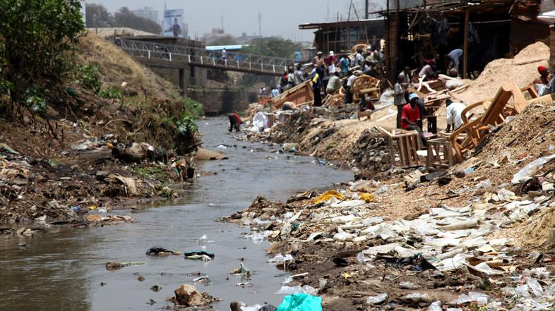 Nairobi River (il fiume Nairobi) che attraversa Mathare