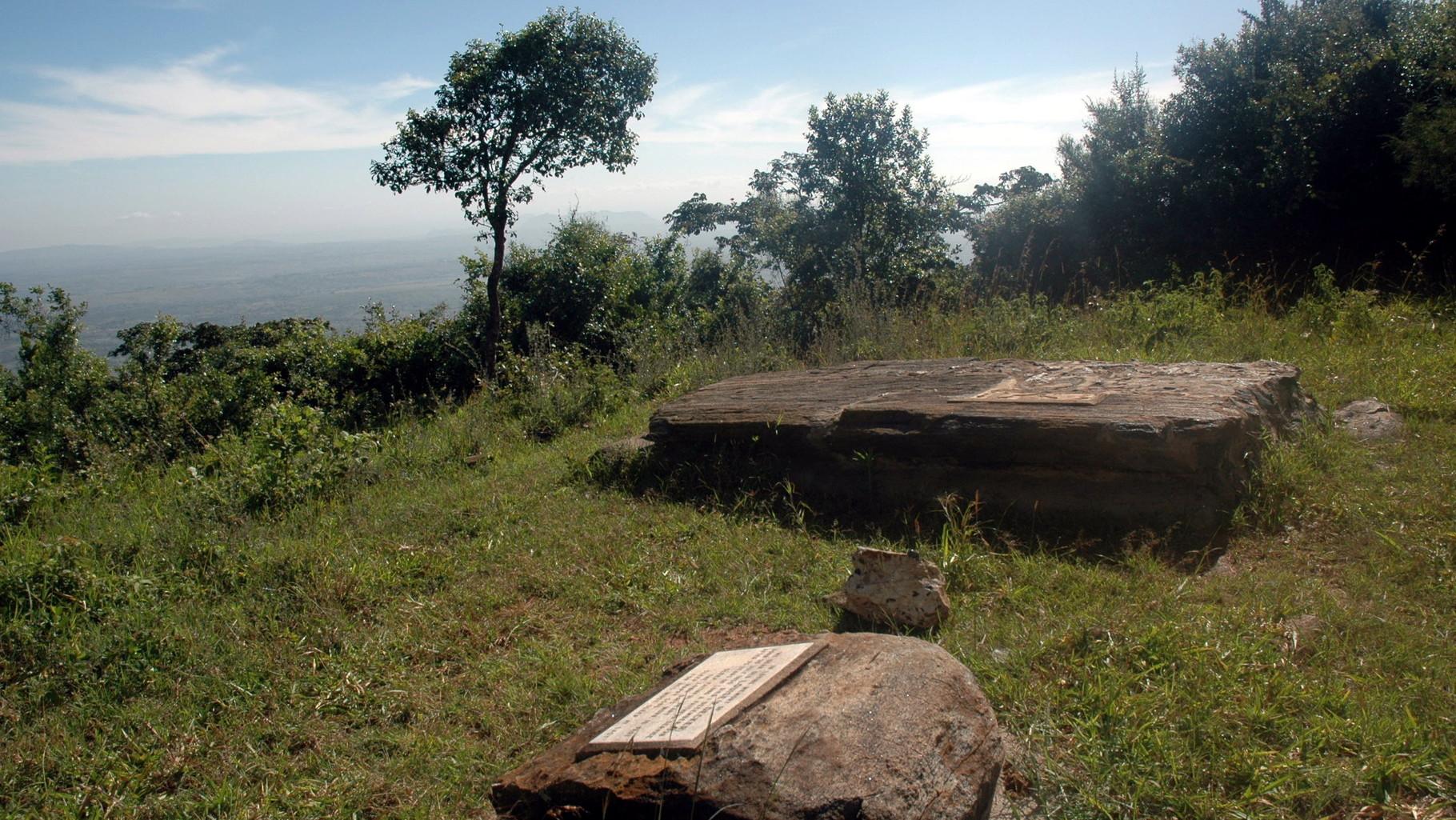La tomba dei McMillan e del loro cane con a fiaco quella della cameriera Louise sul Monte Ol Donyo Sabuk