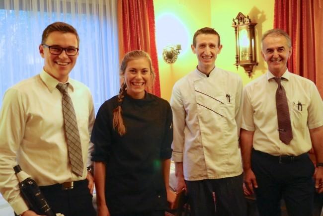 Sie begeisterten beim Herbstkulinarium: Jungsommelier Simon Hosp, Kochteam Lisa Vaschauner und Elvis Hotaj mit Gastwirt Viktor Dusevic. - © Bandi Koeck