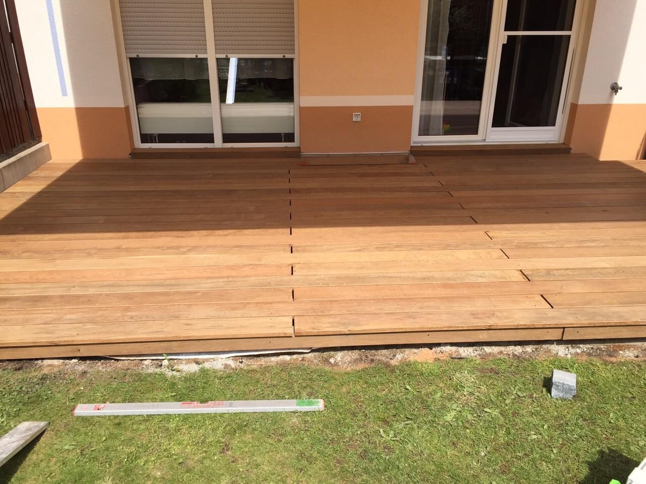 fertige Terrasse aus IPE im Rohzustand