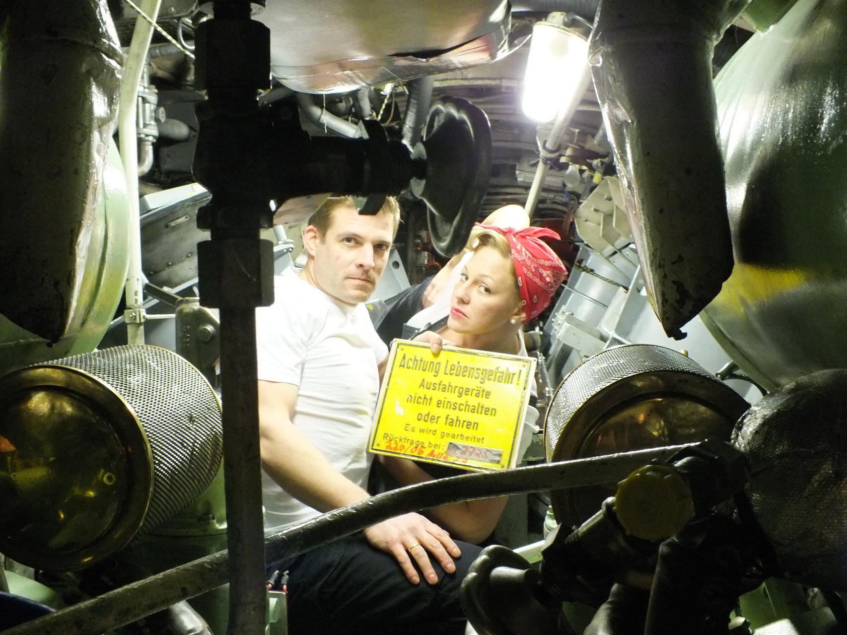 Stefanie mit dem damaligen Kommandanten von Besatzung Charlie im Motraum eines alten 206a Uboot.