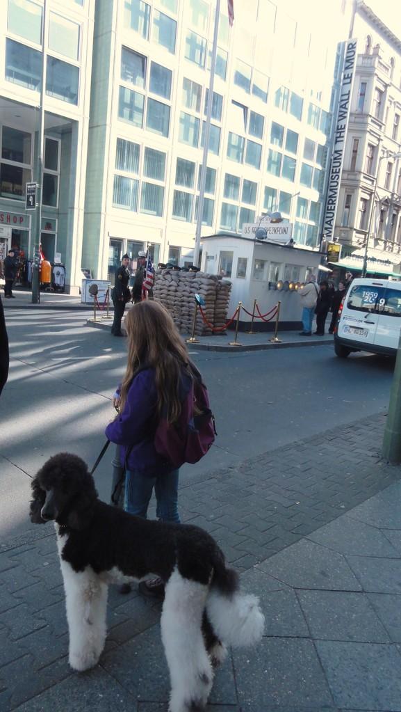 Auch bei Sightseeing-Touren immer mit dabei: Berlin, Checkpoint Charly.