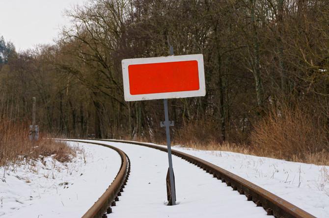 Seit dem Jahreswechsel 2012/2013 macht die am Streckenabzweig in Gerolstein aufgestellte Sh2-Tafel unmissverständlich klar, dass auf der Eifelquerbahn keine Zugfahrten mehr möglich sind