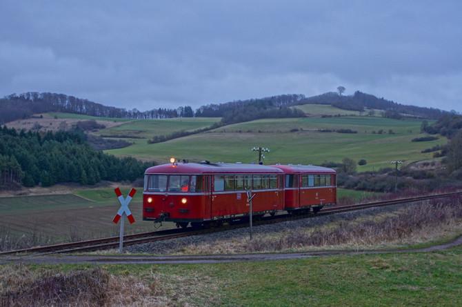 Am 31.12.2012 war unser VT 95 als bisher letzte Zugfahrt auf der Strecke unterwegs. Kurz vor dem Ende der Fahrt wurde bei Rockeskyll bei einsetzender Dämmerung ein letzter Halt für ein Erinnerungsfoto eingelegt, die düstere Stimmung entsprach dem Anlass