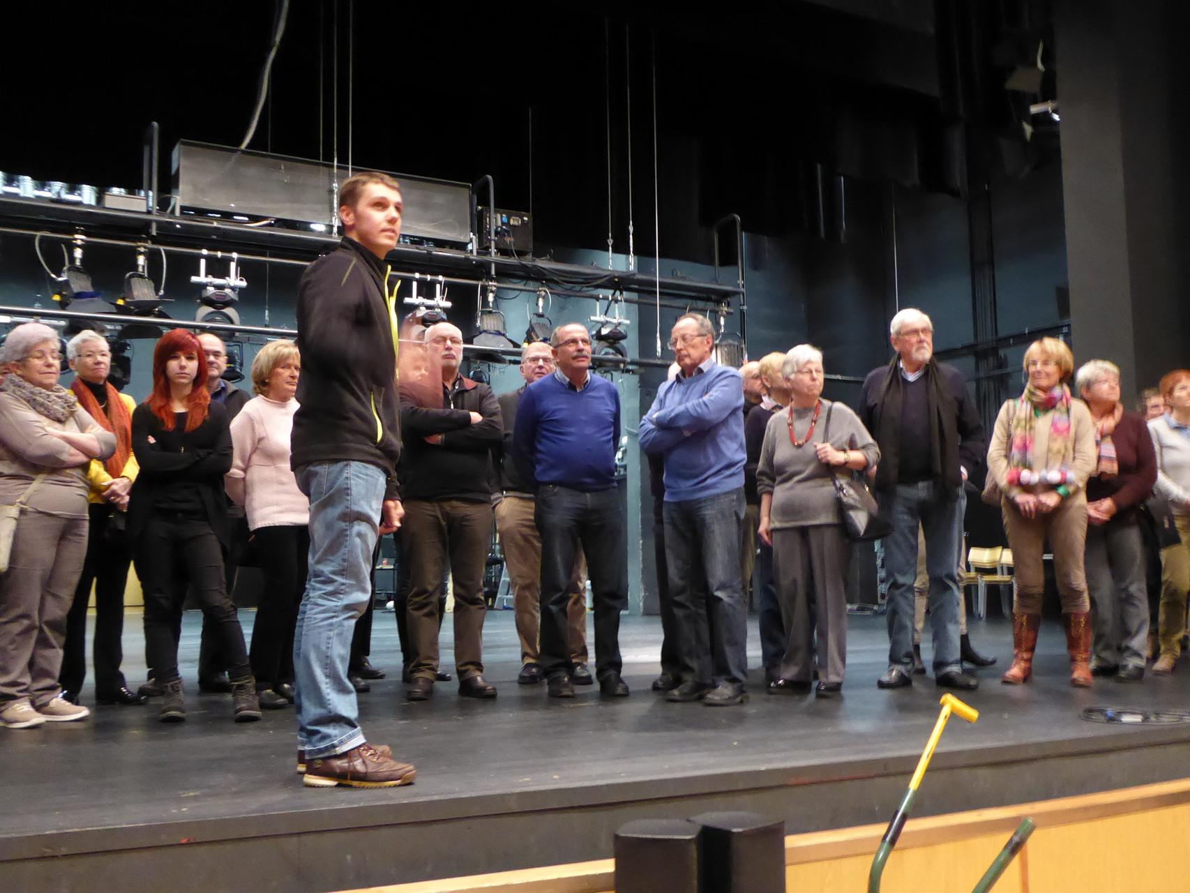 Stephan Krist bei der Führung auf der Theaterbühne