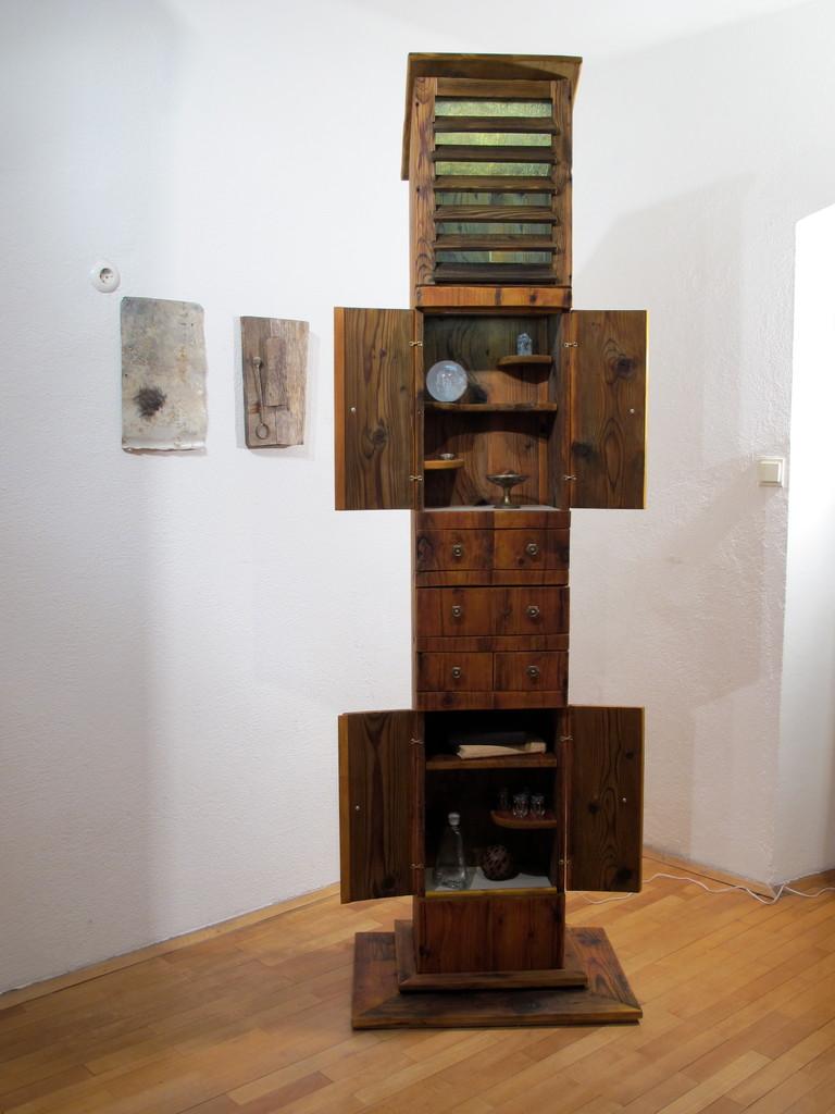 Kasten, Schrein,, Wohnskulpturen, Upcycling, Möbel, Kraftobjekte Wolfgang Wallner Hall in Tirol
