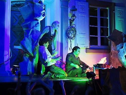 Jetzt gilt's: Kaspar (r.) und Max gießen in der Wolfsschlucht das magische Geschoss, Samiel (hinten) schaut zu. Foto: Dorothee Philipp