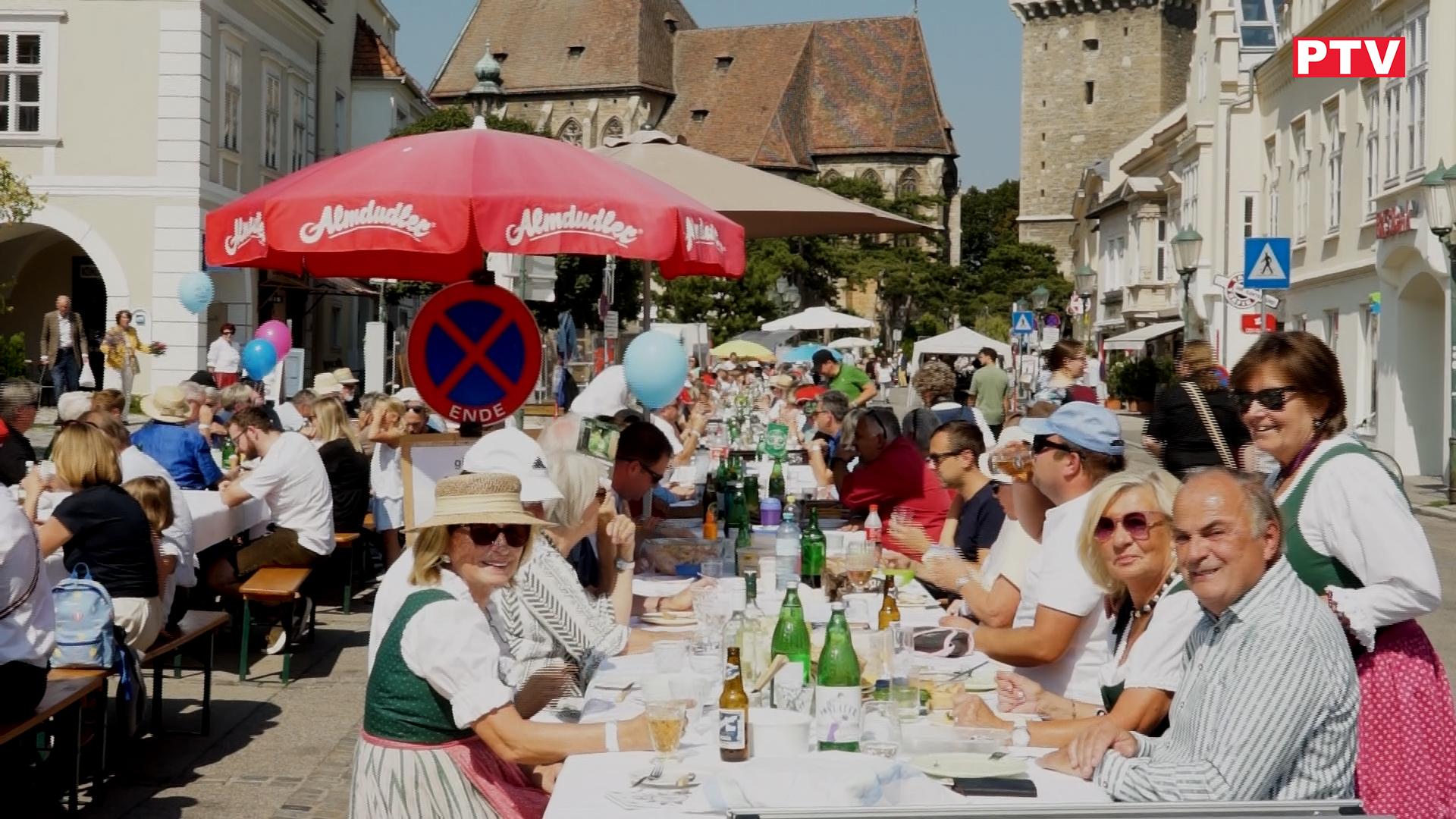 Die Festtafel am Marktplatz