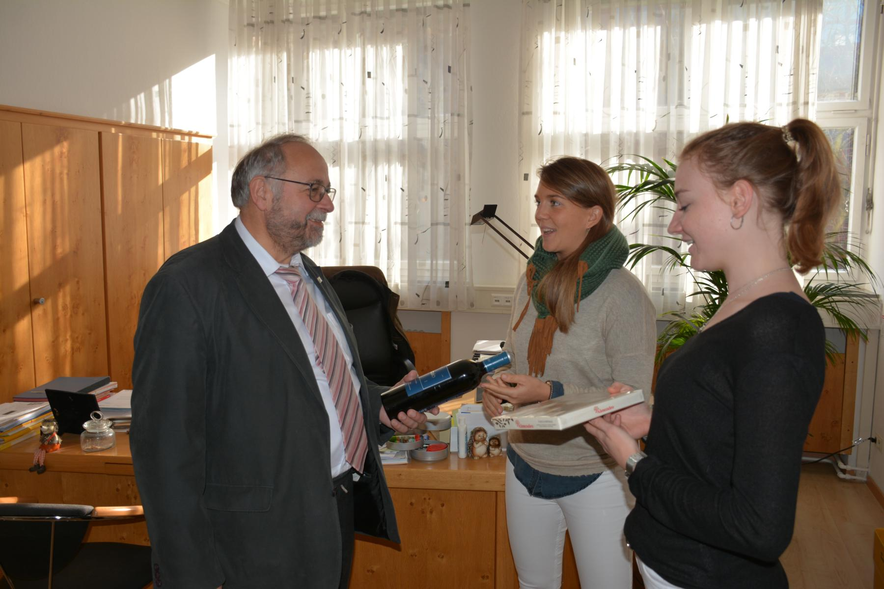 Director de la escuela KS1 Sr. Scheuermann con estudiantes de FEDA Madrid