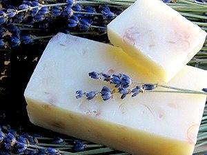 紫の君   エッセェンシャルオイルのラベンダー、クラリセージ, プロティンとビタミン豊富なアボガドオイル 紫のクリアソープ(フードカラー少々)
