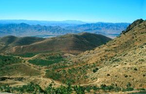 Habitat escarpé au sud du Djebel Siroua, Anti-Atlas nord-oriental