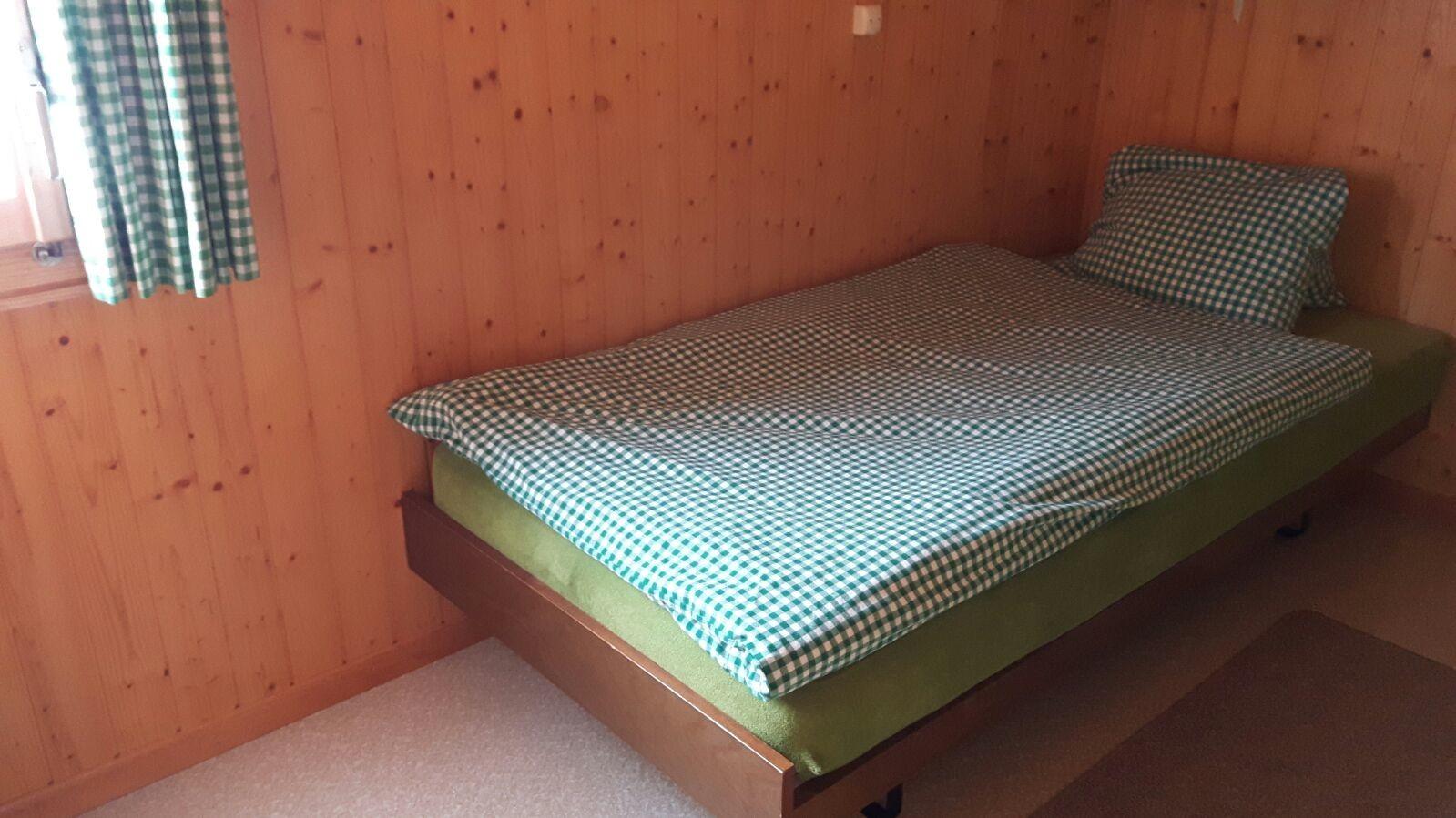 Grünes Schlafzimmer 1 Bett + 1 Matratze