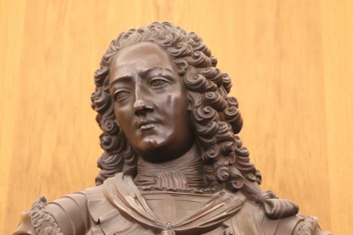 Statut en bronze avec une perruque