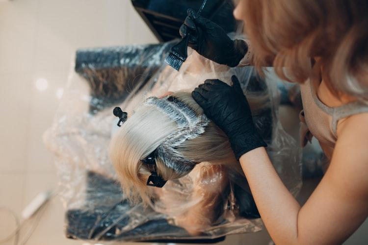 Peut-on colorer ou décolorer une perruque ?