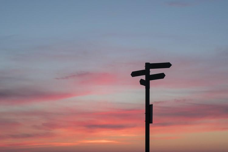 panneau de direction pour choisir son chemin