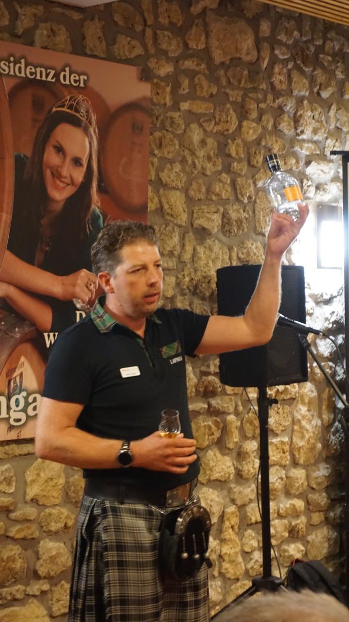 """Beam Suntory Brand Ambassador Mark A. Giesler präsentiert leckere Tröpfchen im Rahmen von """"Whisky&Music""""."""