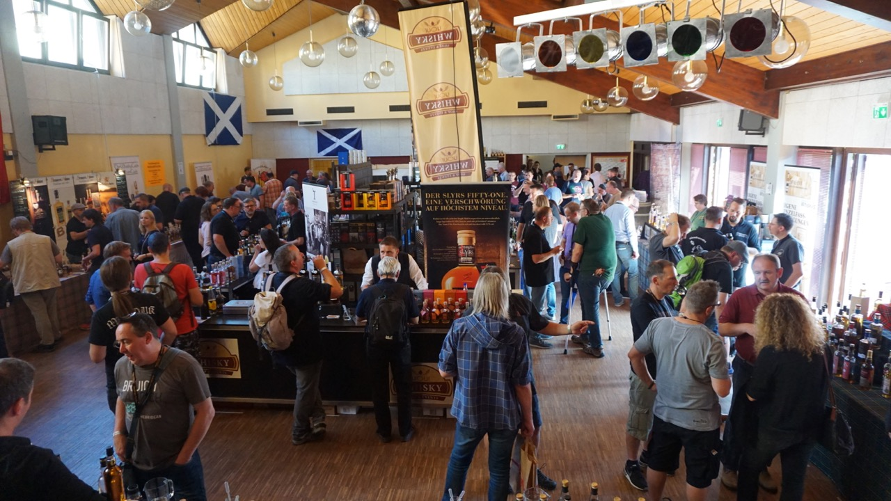 Zahlreiche Besucher schätzen die familiäre Atmosphäre der Whisky Palatina.
