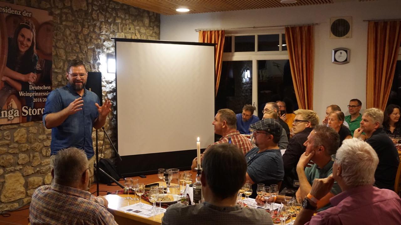 Slyrs Brand Ambassador Thomas Weinberger erläutert die Hintergründe der Fassreifung beim Slyrs Single Malt.